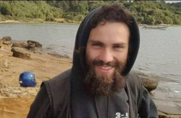 La imagen puede contener: 1 persona, sonriendo, barba, exterior, primer plano y agua