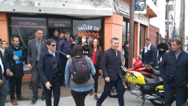 Macri visitó a un vecino del Oeste y recorrió la avenida Calchaquí